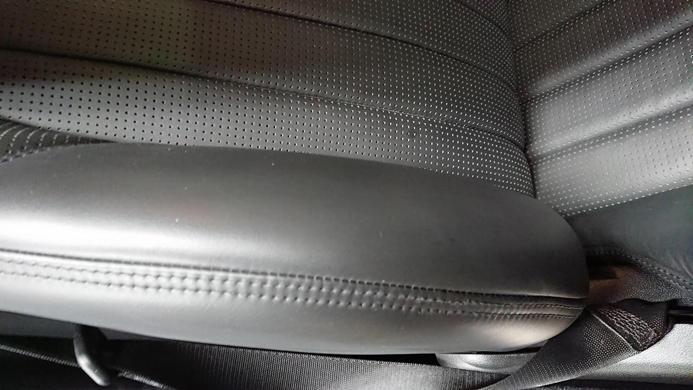 ベンツ SL63 AMG 本皮シートの破れ アフター1